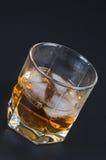 Whisky en un vidrio con hielo imágenes de archivo libres de regalías