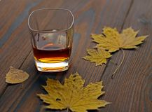 Whisky en un vidrio en la tabla foto de archivo libre de regalías
