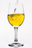 Whisky en una copa de vino aislada en el blanco - amarillo Fotografía de archivo libre de regalías