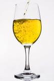 Whisky en una copa de vino aislada en el blanco - amarillo Fotos de archivo libres de regalías
