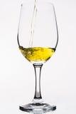 Whisky en una copa de vino aislada en el blanco - amarillo Imágenes de archivo libres de regalías