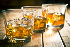 Whisky en vidrio con hielo Foto de archivo libre de regalías