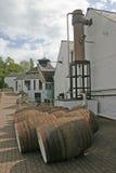 Whisky-Fässer an der Brennerei in Schottland Großbritannien Stockfotos