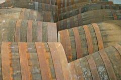 Whisky-Fässer an der Brennerei in Schottland Großbritannien Stockbilder