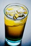 Whisky frío con cola y el limón Fotos de archivo