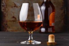 Whisky in glas op roestige lijstachtergrond stock foto