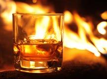Whisky-Glas und Flammen Stockfotografie