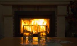 Whisky in glazen door de open haard bij nacht royalty-vrije stock foto's