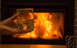 Whisky in glazen door de open haard bij nacht stock fotografie