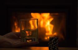 Whisky in glazen door de open haard bij nacht stock foto
