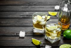 Whisky in glazen en een fles van kalkplakken stock foto