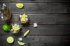 Whisky in glazen en een fles van kalkplakken royalty-vrije stock afbeelding