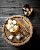 Whisky in glazen met ijs op het vat stock afbeeldingen