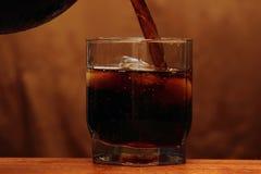 Whisky goß in ein Glas Lizenzfreie Stockfotografie