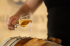 Whisky goß in ein Glas lizenzfreies stockfoto