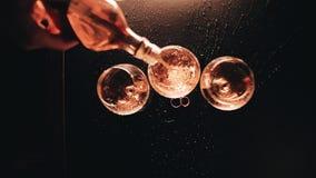 Whisky häller från flaskan in i exponeringsglaset Trevlig sikt fr?n ?ver L?ngsam playback fantastisk lampa lager videofilmer