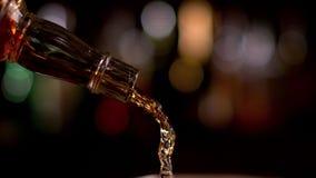 Whisky het gieten stock videobeelden