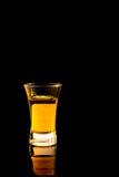 Whisky i ett skottexponeringsglas Arkivbilder