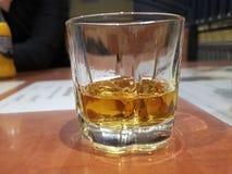 Whisky i flaskan fotografering för bildbyråer