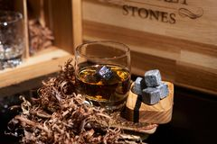 Whisky irlandés Vidrio de whisky con las piedras del wiskey Vidrio elegante de whisky con las piedras del whisky Whisky escocés e foto de archivo