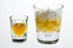 Whisky keurig en op de rotsen Stock Foto