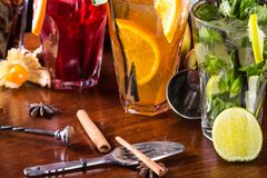 Whisky-kola cocktail, mojito-cocktail, oranje cocktail, aardbeicocktail in glasglazen met stro  royalty-vrije stock foto