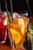 Whisky-kola cocktail, mojito-cocktail, oranje cocktail, aardbeicocktail in glasglazen met stro Bartoebehoren: schudbeker royalty-vrije stock afbeelding
