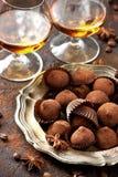 Whisky of likeur, het suikergoed van de truffelchocolade in cacaopoeder royalty-vrije stock afbeelding