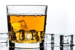 Whisky, whisky lub bourbon z lodem, zdjęcia stock