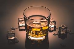 Whisky, whisky lub bourbon z lodem, zdjęcie royalty free
