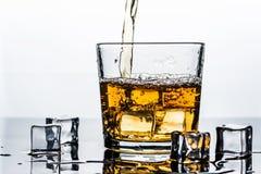 Whisky, whisky lub bourbon z lodem, obrazy stock