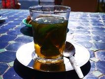 Whisky marroquí tradicional - té Fotografía de archivo