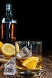 Whisky med citronen Arkivfoto
