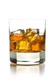 Whisky med is i exponeringsglas Arkivfoton