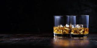 Whisky med is i moderna exponeringsglas royaltyfria foton
