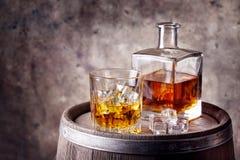 Whisky med is på trätrumma Arkivfoto