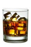 Whisky met ijsblokjes in glas stock fotografie