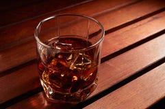 Whisky mit Eis lizenzfreie stockfotografie