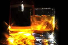 Whisky mit Eis Stockfotos