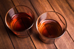 Whisky napoje na drewno stole Fotografia Royalty Free