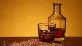 Whisky o borbón o skotch y maíz en la tabla Movimiento de la cámara de izquierda a derecha almacen de metraje de vídeo
