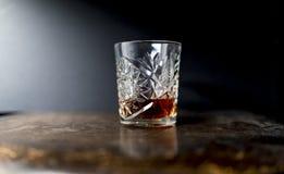 Whisky o whisky en un vaso pesado de lujo del cristal del corte imagen de archivo libre de regalías