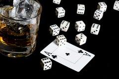 Whisky och leka kort Royaltyfria Bilder