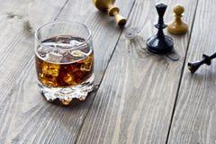 Whisky och schack Arkivbild