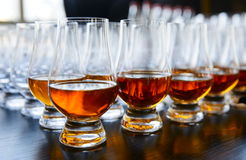 Whisky oder Kognak in den Schallkanonen lizenzfreies stockfoto