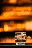 Whisky på den wood stången fotografering för bildbyråer
