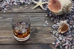 Whisky på tabellen Arkivfoto