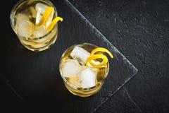 Whisky på vaggar med citronen Fotografering för Bildbyråer