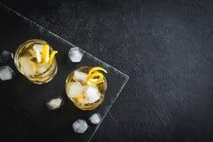 Whisky på vaggar med citronen Arkivbild