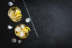 Whisky på vaggar med citronen Arkivfoton